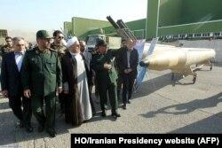 ປະທານາທິບໍດີອິຣ່ານ ທ່ານ Hassan Rouhani (ກາງ), ລັດຖະມົນຕີປ້ອງກັນປະເທດ ທ່ານ Hossein Dehqan, ທີ 2 ຈາກຂວາ, ຢ້ຽມຢາມການສະແດງອາວຸດ ໃນນະຄອນ Tehran, 24 ສິຫາ, 2014.