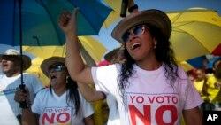 Manifestantes protestan contra el acuerdo de paz de Colombia, que será firmado este lunes en Cartagena.