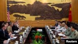중국을 방문 중인 제임스 밀러 미국 국방차관(왼쪽)이 9일 베이징에서 왕관중 중국 인민해방군 부참모장과 회담했다.