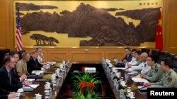 Phái đoàn của Thứ trưởng Quốc phòng Hoa Kỳ James Miller (trái) họp với phó Tham mưu trưởng Quân đội Nhân dân Trung Quốc Vương Quán Trung tại Bắc Kinh, 9/9/13