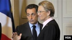 Presiden Perancis Nicolas Sarkozy berbicara dengan Menlu Michele Alliot-Marie di istana Elysee, Paris (foto: dok.).