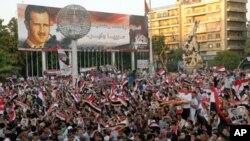 Maelfu ya waandamanaji wa Syria katika mkutano wa hadhara, Julai 28, 2011