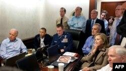 Tổng thống Obama, Phó Tổng thống Biden, Ngoại trưởng Clinton, Bộ trưởng Quốc Phòng Gates cùng với các thành viên của nhóm an ninh quốc gia theo dõi vụ đột kích hạ sát Bin Laden ở Pakistan