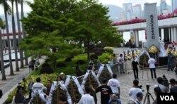 香港支聯會清明節獻花悼念六四死難者。(美國之音湯惠芸)