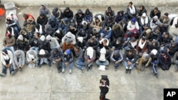 Des Tunisiens attendant d'embarquer dans l'île italienne de Lampedusa