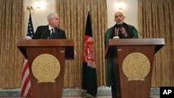 ທ່ານ Robert Gates ລັດຖະມົນຕີປ້ອງກັນປະເທດສະຫະລັດ ຢືນຢູ່ຂ້າງຊ້າຍ ປະທານາທິບໍດີ Hamid Karzai ທີ່ທໍານຽບ ປະທານາທິບໍດີອັຟການີສຖານ ທີ່ກຸງຄາບູລ ວັນທີ 7 ມີນາ 2011.