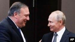 El presidente ruso Vladimir Putin (derecha) y el secretario de Estado de EE.UU., Mike Pompeo, se saludan antes de sostener conversaciones en Sochi, el balneario ruso en el Mar Negro. Mayo 14 de 2019.