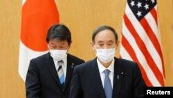 资料照:日本首相菅义伟(右)和外务大臣茂木敏充在东京首相府会晤到访的美国国务卿布林肯期间。(2021年3月16日)