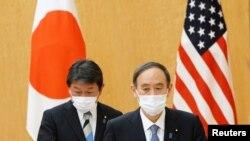 PM Jepang Yoshihide Suga dan Menlu Toshimitsu Motegi saat menghadiri pertemuan dengan Menlu AS Antony Blinken (tidak ada dalam foto) di kantor Perdana Menteri di Tokyo, Jepang, 16 Maret 2021. (Eugene Hoshiko / Pool via REUTERS)