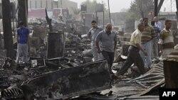 Люди первіряють місце вибуху в житловому районі Багдада