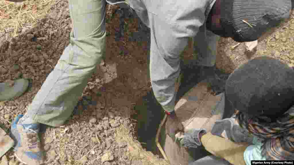 Sojojin Najeriya sun gano boma bomai hadin gida da kuma tarakka cikin dajin Sambisa, a jihar Borno.