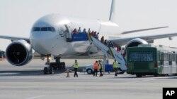 Petugas mengevakuasi penumpang dari sebuah pesawat di bandara Manchester, Inggris (foto: ilustrasi).