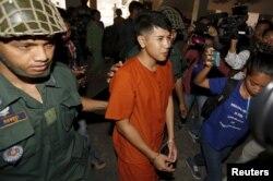 យុវជន គង់ រ៉ៃយ៉ា (កណ្តាល) ត្រូវបាននាំខ្លួនមកកាន់តុលាការក្រុងភ្នំពេញ កាលពីថ្ងៃអង្គារ ទី១៥ ខែមីនា ឆ្នាំ២០១៦។ (Reuters/Samrang Pring)