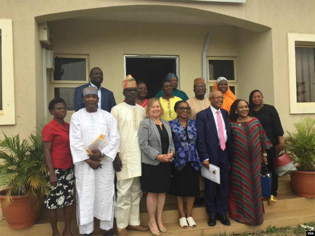 VOA Director Amanda Bennett, Africa Division Director Negussie Mengesha and Hausa Managing Editor Aliyu Mustapha with a group of Nigerian journalists.