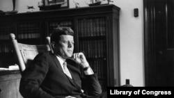 Džon Kenedi u svojoj kancelariji dok je služio kao senator, avgust 1959.