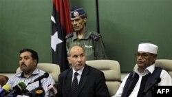 Мустафа Абдель Джалиль (в центре)