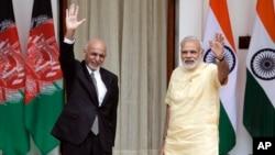 Hindiston Bosh vaziri Narendra Modi (o'ngda) Afg'oniston Prezidenti Ashraf G'ani bilan, Nyu-Dehli, Hindiston, 14-sentabr, 2016-yil.
