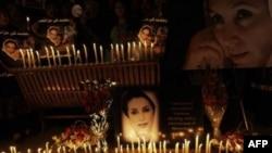 Áp phích của cựu lãnh đạo Pakistan Benazir Bhutto và nến trong buổi lễ kỷ niệm 3 năm ngày bà bị ám sát ở Islamabad, Pakistan, 27/12/2010
