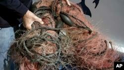 موجودات دریایی از جمله نهنگ، اغلب در تورهای ماهیگیری که در اقیانوس رها شده، گیر کرده و می میرند.