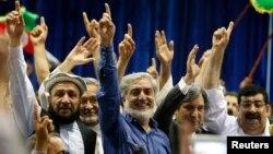 8일 아프가니스탄 카불에서 압둘라 압둘라 대선 후보 후보가 지자자들에게 손을 흔들고 있다.
