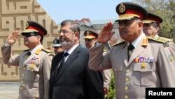 Le président égyptien Mohamed Morsi lors d'un recueillement sur la tombe de l'ancien président Anouar el-Sadat et celle du Soldat Inconnu, 24 avril 2013