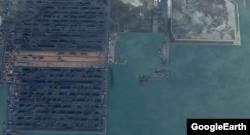 지나 호가 정박했던 친황다오 항, 왼편에 많은 양의 석탄이 야적돼 있다. 구글어스 위성 사진.