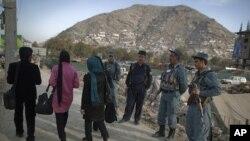 ພວກຕໍາຫລວດອັຟການີສຖານ ສິ້ງຊອມເບິ່ງຢ່າງໃກ້ຊິດຢູ່ໃກ້ໆກັບ ບ່ອນກອງປະຊຸມໃຫຍ່ປະຈໍາປີ Loya Jirga, ໄຂຂຶ້ນໃນກຸງຄາບູລ. ວັນທີ 14 ພະຈິກ 2011.