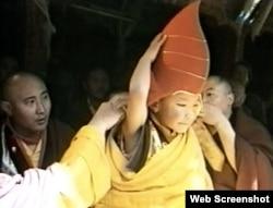 1992年,中国政府和达赖喇嘛共同认定的第17世噶玛巴喇嘛并没有经过金瓶掣签。(网络截图)