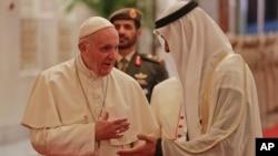 ပုပ္ရဟန္းမင္းၾကီး ကို အိမ္ေရွ႕မင္းသား Sheikh Mohammed bin Zayed Al ႀကိဳဆို