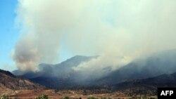La fumée depuis le mont Chaambi lors d'une opération aérienne des forces tunisiennes contre des militants islamistes, près de la frontière algérienne, le 2 août 2013.