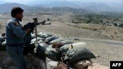 FILE - Petugas keamanan bersenjata Afghanistan berjaga di pos pemeriksaan di distrik Achin, provinsi Nangarhar timur.