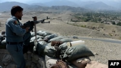 Seorang tentara Afghanistan siaga dalam pertempuran melawan militan ISIS di daerah Achin, provinsi Nangarhar hari Rabu (28/10).