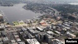 Kantor pusat Amazon.com (tengah dan kanan) di Seattle, Washington yang akan dirombak dan diperbesar. (Foto: Dok)