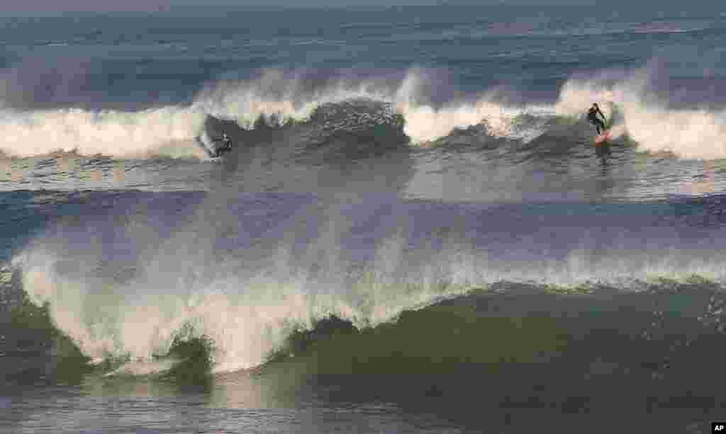 Trợt sóng ở Đại Tây Dương trong thời tiết ấm áp trái mùa ở Anglet, tây nam nước Pháp.