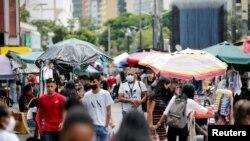 Personas caminan en el bulevar Sabana Grande en Caracas, el 1 de octubre del 2021.