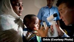 Bác sĩ Donny Suh khám cho một bệnh nhi ở Gondar, Ethiopia, tháng 10 năm 2012.