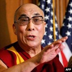 """Amerika Dalay Lamani quvvatlab keladi. Uni Tibetning """"buyuk lideri"""" deb ataydi."""