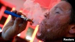 Los cigarrillos electrónicos se han vuelto muy populares entre los jóvenes, y aunque no causan problemas de salud, podrían ser el inicio de una costumbre negativa.