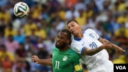 Para pemain Yunani dan Pantai Gading dalam pertandingan Grup C (24/6).
