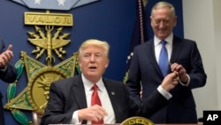 Presiden AS Donald Trump dan Menhan AS Jim Mattis di Pentagon (foto: dok). Rencana anggaran pertama Trump menjadikan anggaran pertahanan sebagai prioritas nomor satu dengan peningkatan sebesar 54 miliar dolar.