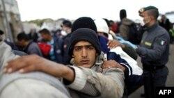 Тисячі мігрантів з Лівії прибувають на італійський острів Лампедуза