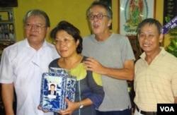 Từ trái, GS Võ Tòng Xuân, bà Nguyễn Thị Nguyệt Nga con gái GS Nguyễn Duy Xuân, ôm bình tro cốt của cha, bạn trai Alan và một thân hữu [nguồn: Võ Tòng Xuân]