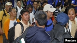 Sobrevivientes de la cruenta toma a una central de gas en Argelia. Estos trabajadores fueron evacuados a Manila.