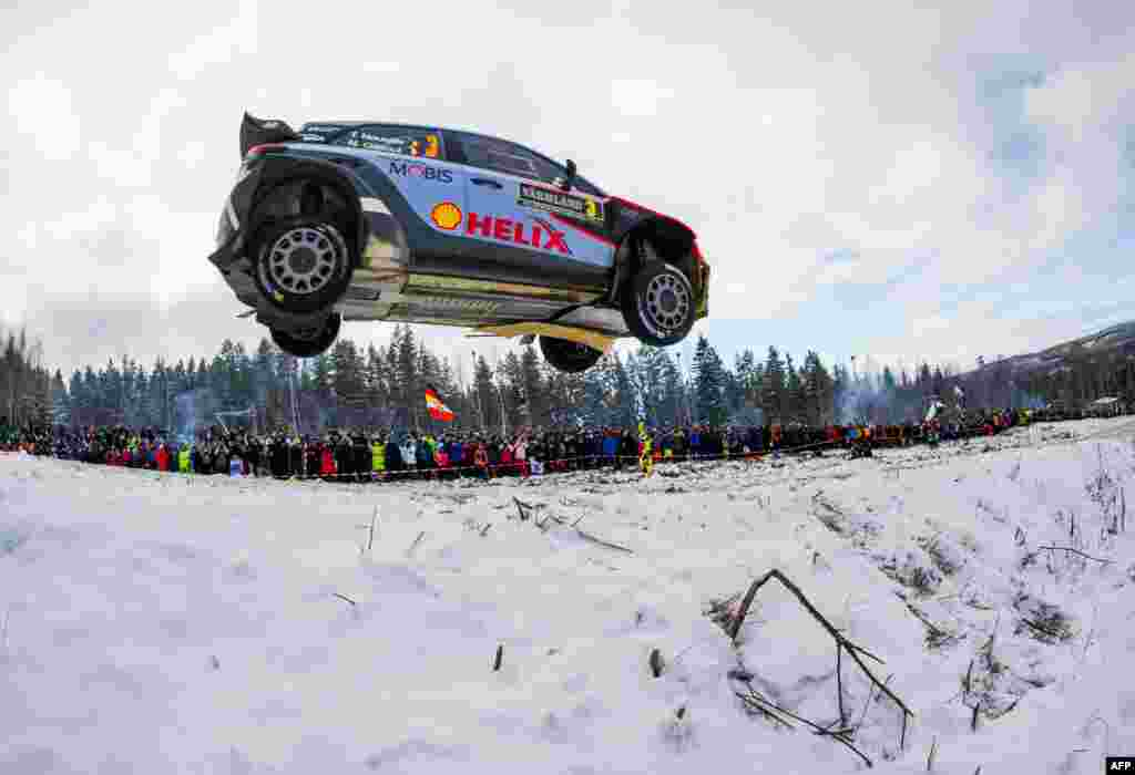 Thierry Neuville da Bélgica e o seu co-piloto Nicolas Gilsoul voam no seu Hyundai i20 WRC no Rally da Suécia.