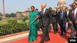 US Defense Secretary Jim Mattis chats with Indian Defense Minister Nirmala Sitharaman at the Indian Ministry of Defense in New Delhi, India - Sept. 26, 2017 (Photo: W. Gallo / VOA)