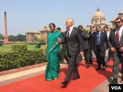 El secretario de Defensa de EE.UU., Jim Mattis camina con su homóloga de India, Nirmala Sitharaman en Nueva Delhi. Sept. 26, 2017 (Photo: W. Gallo / VOA)