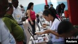 Cử tri trong thủ đô Caracas, Venezuela xếp hàng để bỏ phiếu, 16/12/12