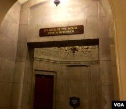 今天国会大厦的议长办公室外牌子上还写着约翰·A·贝纳。(美国之音杨晨拍摄)