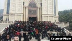 聚集在浙江温州三江教堂前反对拆迁的信众。(对华援助协会网站图片 资料照片)