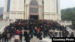资料照:聚集在浙江温州三江教堂前反对拆迁的信众。(对华援助协会网站图片 资料照片)